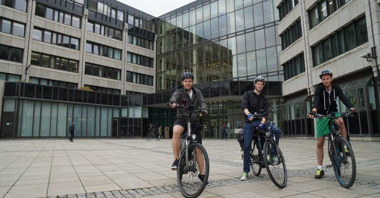 Vor dem BMVI in Bonn